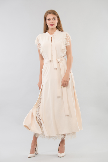 Платье с кружевом и разрезами